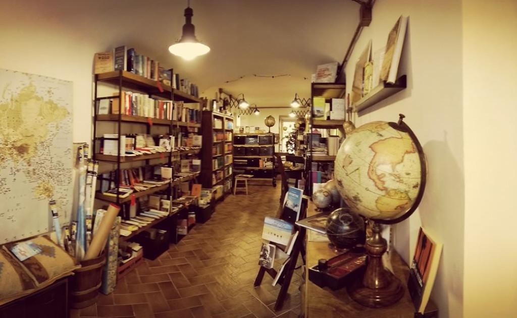 Una vista della Libreria L'Orsa Minore, libri & mappe | Blogger uniti per le librerie indipendenti