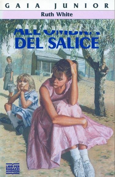 La copertina del libro All'ombra del salice di Ruth White. Rappresenta tre figure femminili, di cui due ragazzine in primo piano, sullo sfondo di una casa di campagna e un albero.
